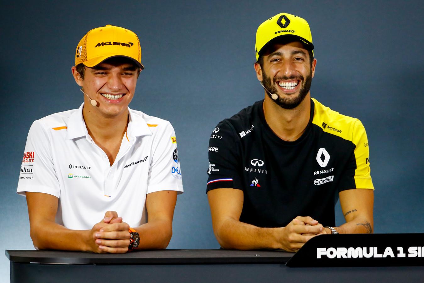 Lando Norris en Daniel Ricciardo lachend tijdens de persconferentie.