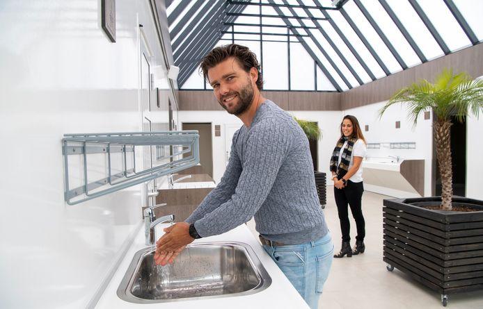 Rick Janssen, eigenaar van camping De Belten in Hardenberg, kan eindelijk gebruik maken van zijn gloednieuwe sanitairgebouw.