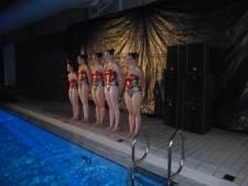 Aantrekkelijke zwemshow in zwembad Molen Hey in Schijndel