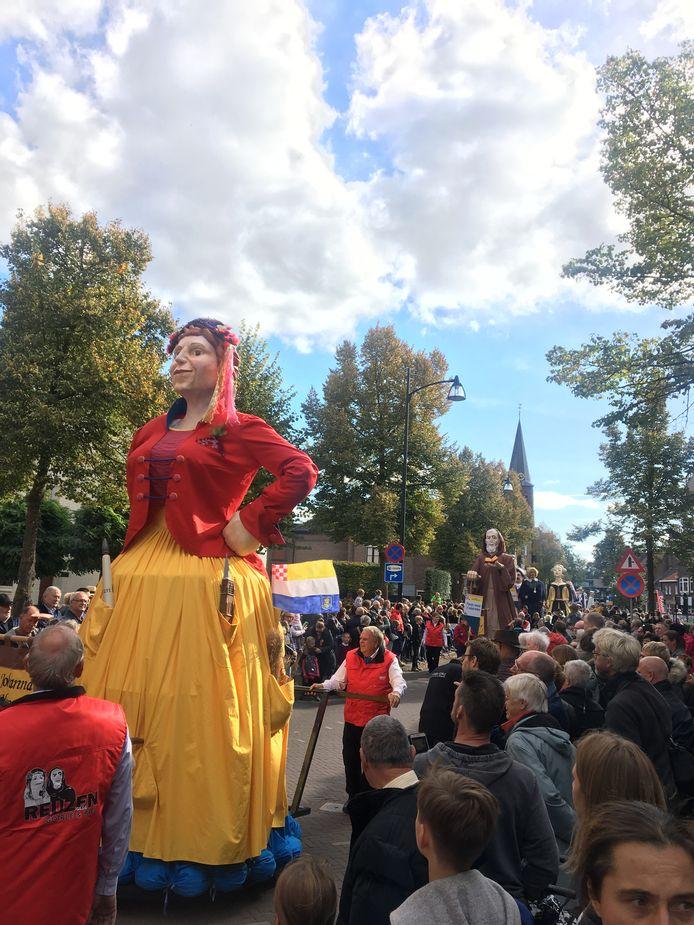 Grote publieke belangstelling voor de reuzen in Goirle.