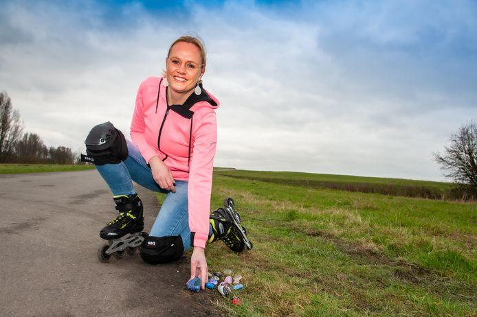 Merel van den Hil (42) uit Boskoop gaat graag skeeleren in het Bentwoud. Onderweg legt ze dan haar beschilderde steentjes neer.