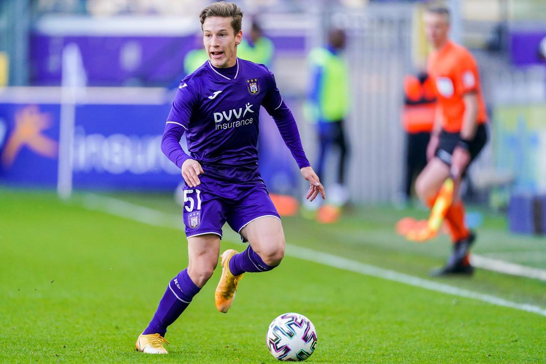 Anderlecht-middenvelder Yari Verschaeren in actie tegen Club Brugge. Beeld Photo News