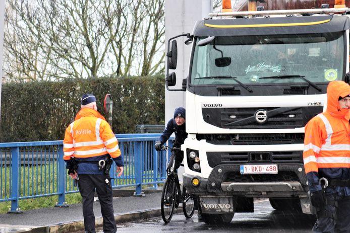 Daags na het ongeval werd een reconstructie gehouden, waarbij de politieman de rol van de fietser innam