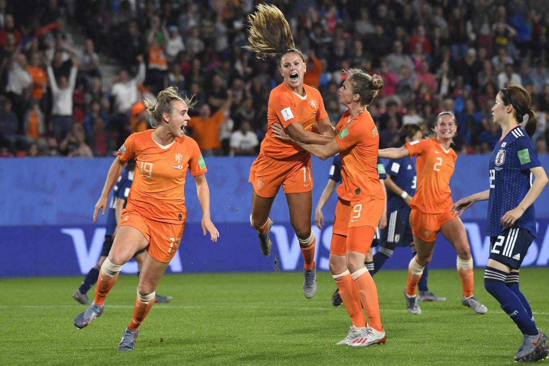 Lieke Martens viert het 2-1 doelpunt. Beeld AFP