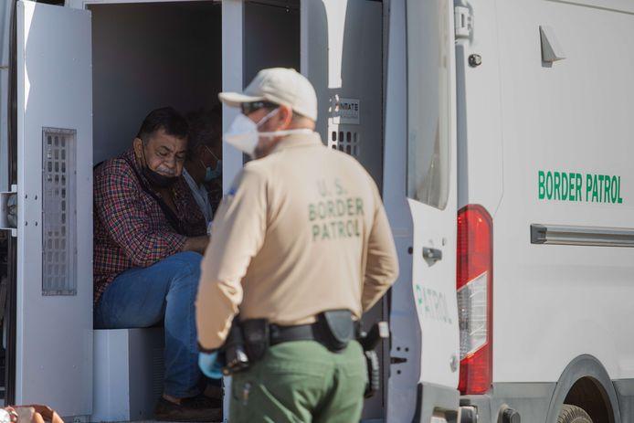 Asielzoekers aan de grens tussen Mexico en de VS in Yuma, Arizona.
