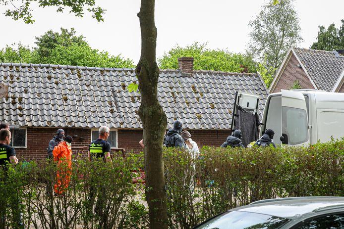 Eén van de verdachten word aangehouden bij de grote politie-inval bij het drugspand in Drempt.