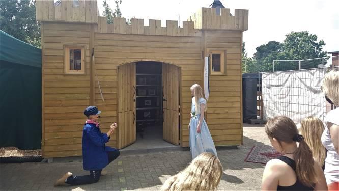 Gezinsbubbels zoeken naar vermiste prinses Preicilla tijdens alternatief schoolfeest in Oosterwijk