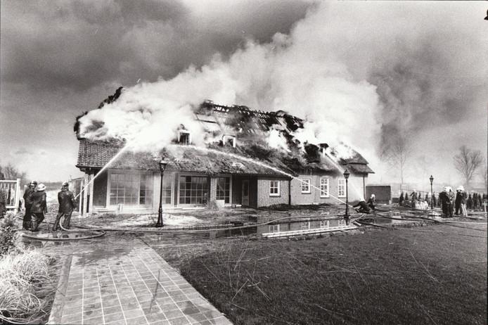 Nog voor hij er in trok brandde in maart 1981 de nieuwe kapitale villa van toenmalig Unidek-directeur Hendrik van Dijk in Gemert af. De brandweer had de handen vol aan het bestrijden van het vuur aan de Doonheide. De woning had een rieten kap en was vanbinnen goed geïsoleerd.