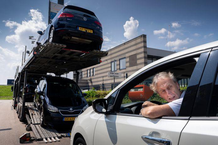 Bij autohandel Cock van Buren in Velddriel, pal naast de A2, worden veel occasions verkocht dezer dagen. Ben Liebregts, eigenaar van Cock van Buren, rijdt een Nissan Leaf van de oplader.