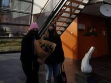 Lara (15) en Ynéz (16) brengen bloemen naar politie Veenendaal: 'Ze vonden het heel lief'