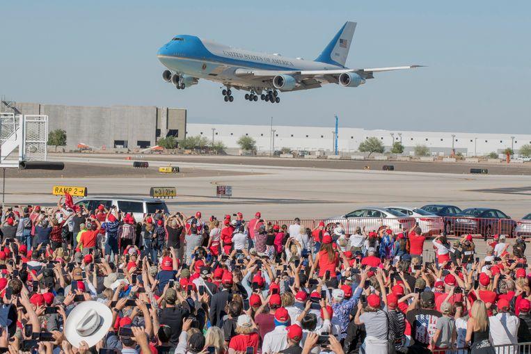 Het vliegtuig van Trump landt in Arizona. Beeld EPA