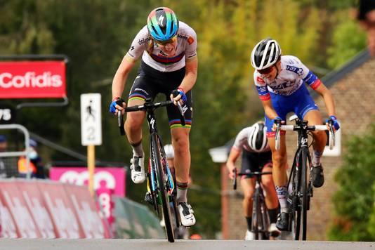 Van der Breggen sprint naar de zege op de Muur van Hoei.