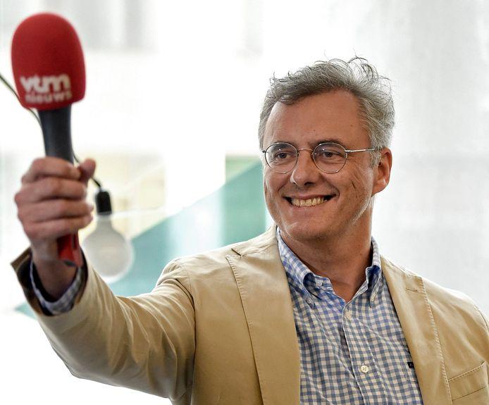 CD&V-voorzitter Joachim Coens amuseerde zich gisteren met de microfoon van onze collega's van VTM Nieuws.