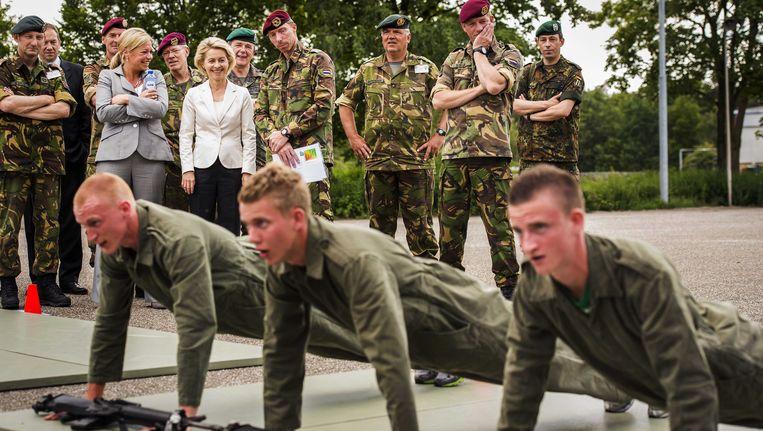 Ministers van Defensie Jeanine Hennis-Plasschaert (links) en Ursula von der Leyen bekijken een static show tijdens de integratie van de Luchtmobiele Brigade met de Duitse Division Schnelle Krafte in juni van dit jaar. Beeld ANP