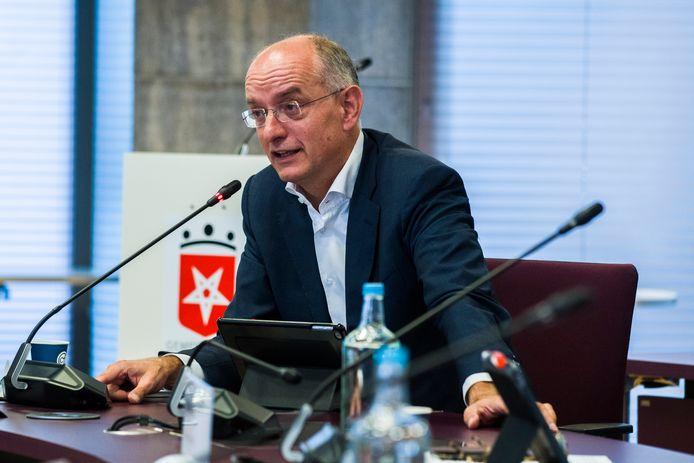 Burgemeester Onno van Veldhuizen van Enschede is geveld door het coronavirus en ligt momenteel in het ziekenhuis.