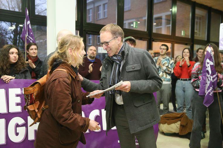 Rector Rik Van de Walle nam de open brief van ROSA in ontvangst. Beeld Photo News