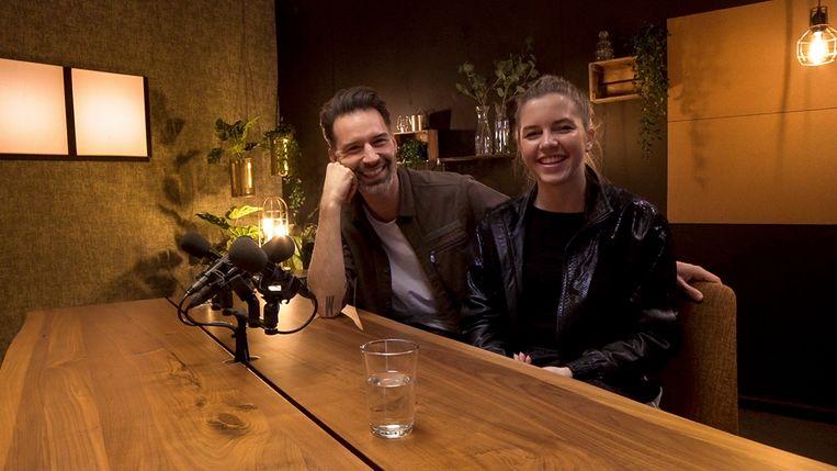 Sean Dhondt en Bab Beulens hosten de online talkshow van Blind Getrouwd op VTM GO. Beeld Blind Getrouwd Talkshow