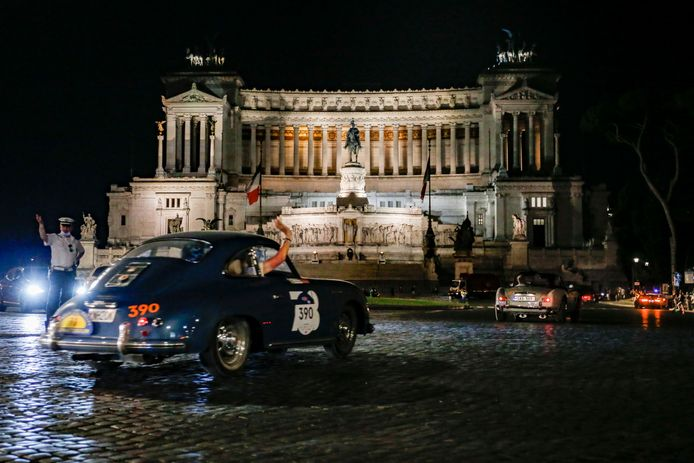 Een Porsche 356 A 1500 GS Carrera uit 1956 (niet die van onze verslaggever Werner Budding) komt aan in Rome.