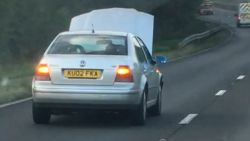 Brit rijdt met open motorkap over snelweg