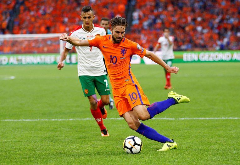Davy Pröpper, goed voor twee doelpunten tegen Bulgarije, wordt gadegeslagen door Georgi Kostadinov. Beeld Photo News