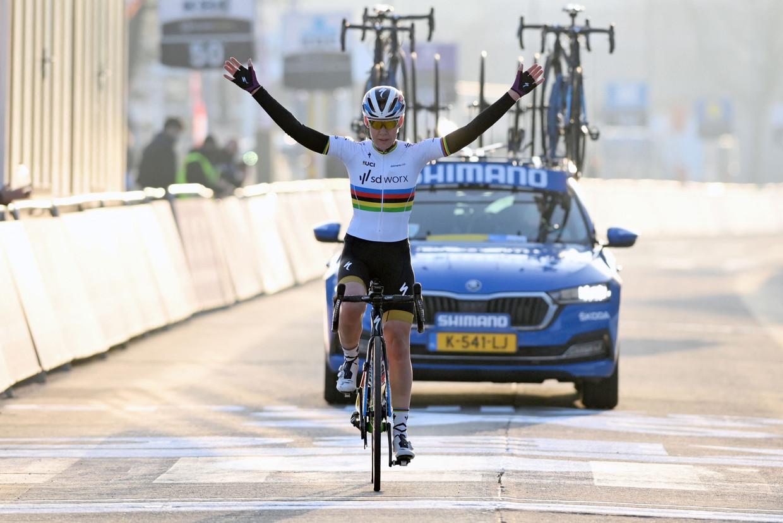 Anna van der Breggen wint Omloop het Nieuwsblad bij de vrouwen - zonder publiek.