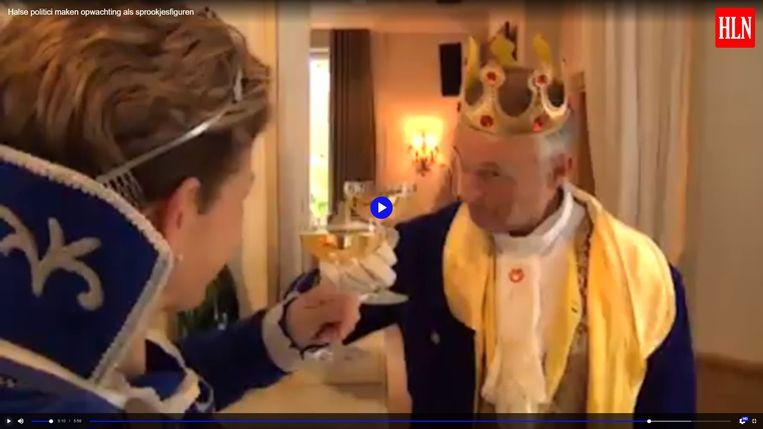 Blauwe prins Eddy Buelinckx (Open Vld) verleidt Prinses Vanessa in zijn kasteel.