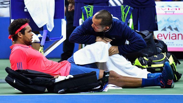 Een knieblessure dwingt Jo-Wilfried Tsonga de wedstrijd te staken. Beeld AFP