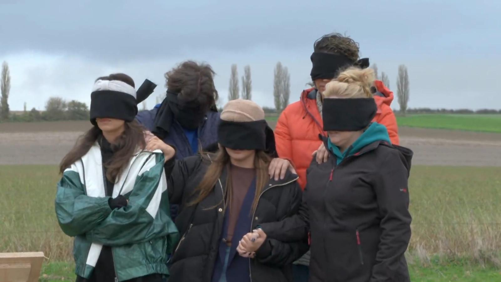 Holly Mae Brood, Steven Kazàn, Abbey Hoes, Chatilla van Grinsven en Samantha van Grinsven wachten angstvallig af welke missie zij moeten uitvoeren op het kerkhof.