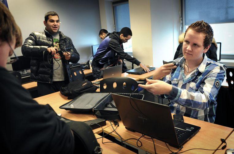 Leerlingen van het ROC Zadkine College in Rotterdam beëindigen hun computerles. Beeld Marcel van den Bergh / de Volkskrant