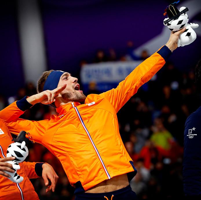 Kjeld Nuis doet Usain Bolt na, na zijn gouden rit op de 1500 meter.