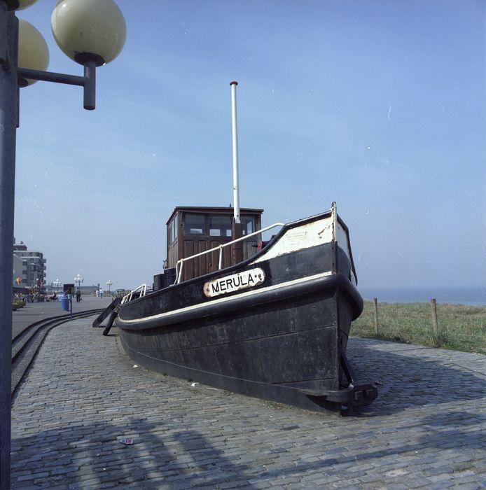 Merula, het eerste sleepbootje, op de boulevard in Kijkduin.