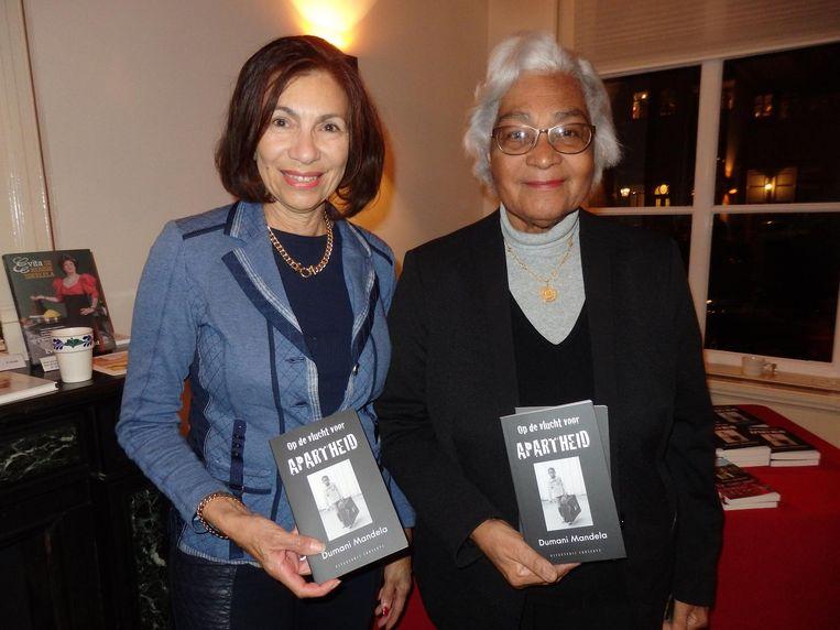 Auteur Cynthia McLeod (Hoe duur was de suiker?) met links Cynthia Abrahams, haar biograaf Beeld Schuim