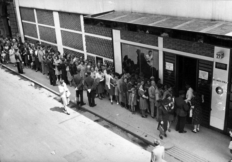 Joden wachten aan de Zwitserse ambassade in Boedapest, 1944. Beeld Archiv für Zeitgeschichte ETH Zürich/Agnes Hirschi