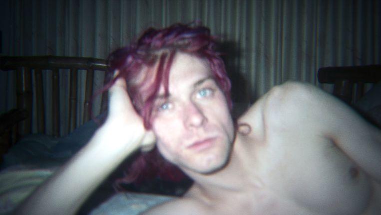 Kurt Cobain in zijn huis in Seattle. De film blikt met massa's intieme filmpjes en onuitgegeven muziek terug op het leven van de zanger. Beeld RV