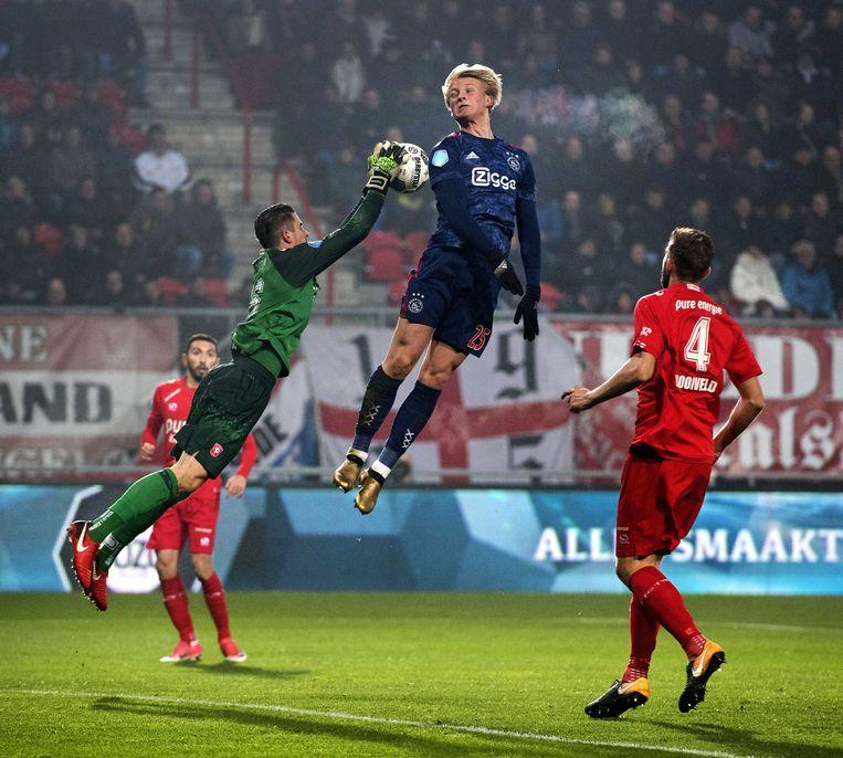 Kasper Dolberg van Ajax in duel met Twente-doelman Jorn Brondeel.  Beeld ANP