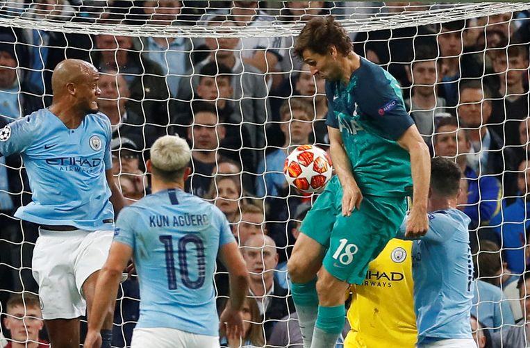 Spurs-aanvaller Fernando Llorente houdt de arm tegen het lichaam en scoort in de Champions League-kwartfinale tegen Manchester City. Beeld Action Images via Reuters