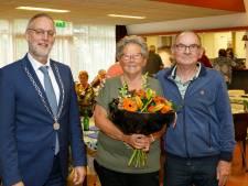 Ada Plucker (75) uit Vaassen verrast met lintje