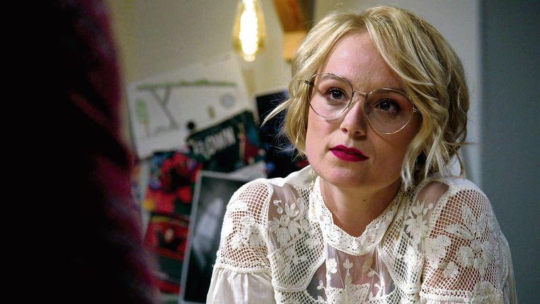 'Ik word zelden herkend. Ik zie er in 'Thuis' helemaal anders uit: die bril en die lippenstift draag ik zelf nooit. Roxanne is een kostuum dat ik kan aan- en uittrekken.' Beeld VRT