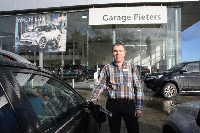 Kris Pieters toont de schade aan de geparkeerde auto's.