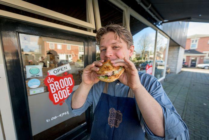 Bob van der Velde, de man achter De Broodbode voor zijn eerste zaak aan De Brinkstraat in Enschede.