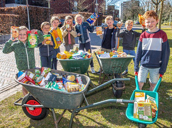 Kruiwagens vol eten en handenvol geld: het resultaat van een spontane inzamelactie voor de voedselbank, door Sam (rechts) en andere buurtkinderen