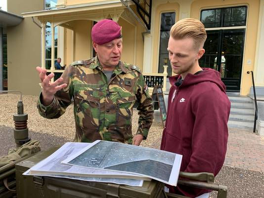 Vitesse-speler Max Clark laat zich door adjudant Roel van Ewijk bij Airborne Museum Hartenstein in Oosterbeek bijpraten over de Slag om Arnhem.