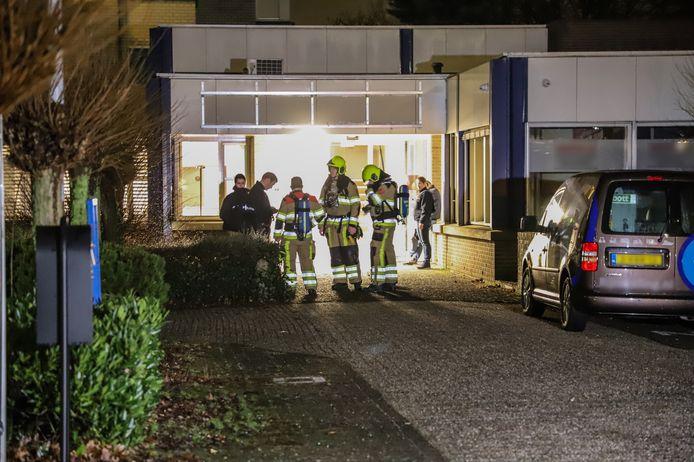 In een bedrijfsverzamelgebouw aan de Kerkenbos in Nijmegen zijn vrijdag laat in de avond in verschillende kantoor ruimtes vaten met chemicaliën gevonden.