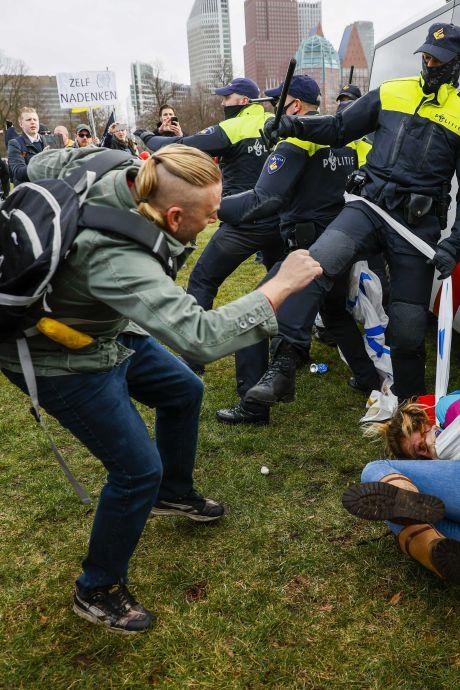 Schoppen, trappen en gehoorschade: geweld tegen politie neemt toe, Defend-groepen op de korrel