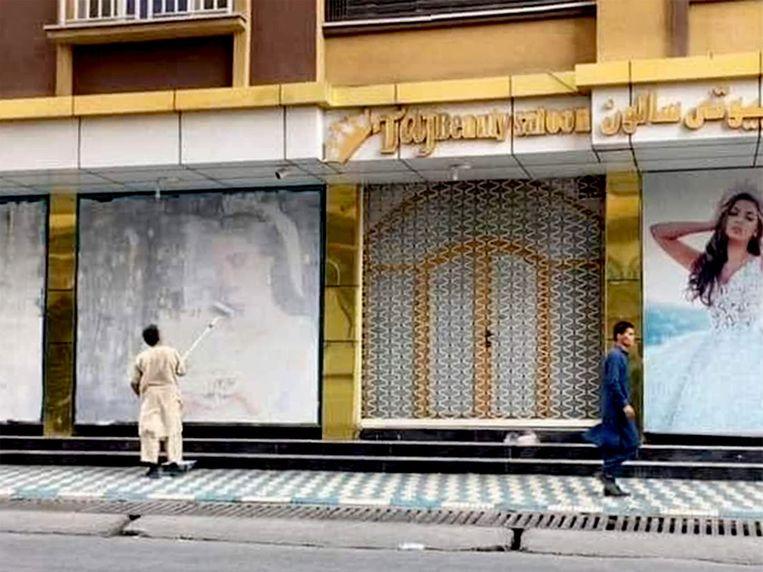 Beeltenissen van vrouwen  in het straatbeeld van Kaboel worden uit voorzorg overgeschilderd of weggehaald.  Beeld