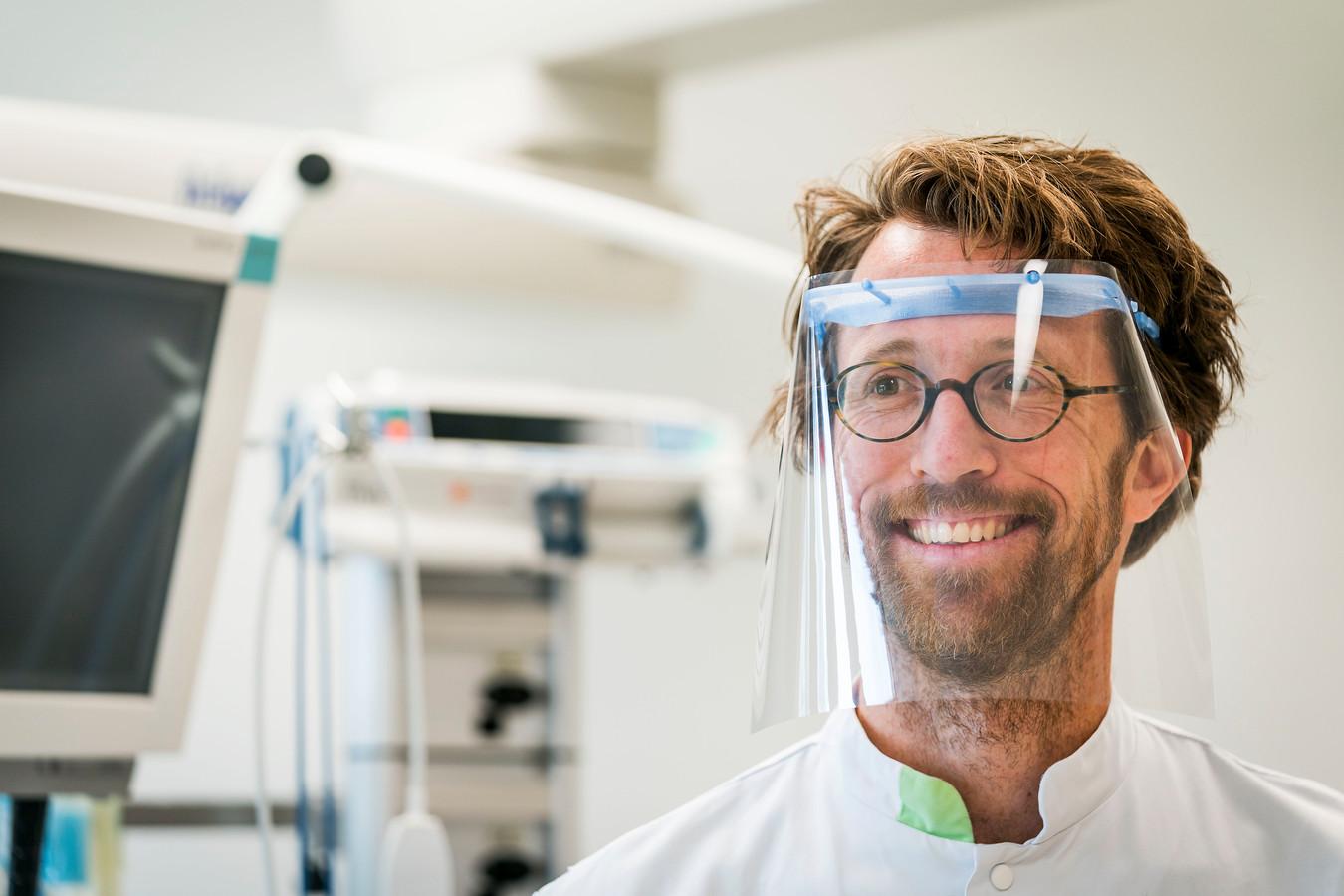Gipsmeester Leendert Jan Doornbos van het HagaZiekenhuis en lid van Green Team in de ziekenhuisorganisatie met het eerste spatmasker van hergebruikt plastic.
