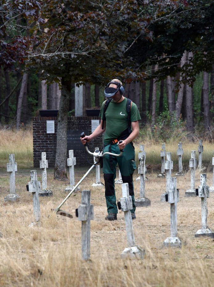 Op de begraafplaats van de kolonie worden beheerswerken uitgevoerd.