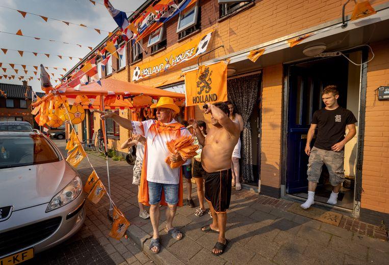 Gerrit Agterbosch is de initiator achter de massale feestvreugde in de Vinkenstraat in Almelo.  Beeld Herman Engbers