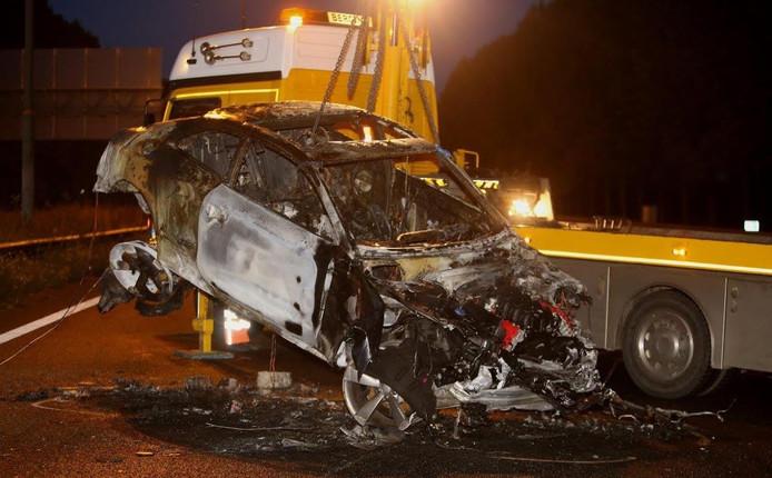 De auto is na het ongeluk in brand gevlogen en volledig uitgebrand.