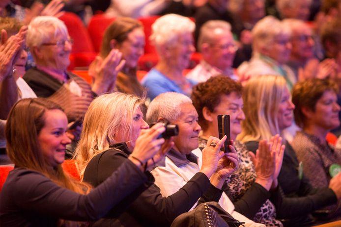 Publiek in de Rijswijkse Schouwburg, toen dicht naast elkaar zitten nog mocht.